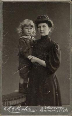 Gilbert Trolliet et sa mère Alice, née Clottu, vers 1908.