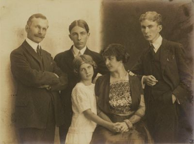 Gilbert Trolliet (à droite) avec ses parents, son frère Jean et sa sœur Manon, vers 1921.